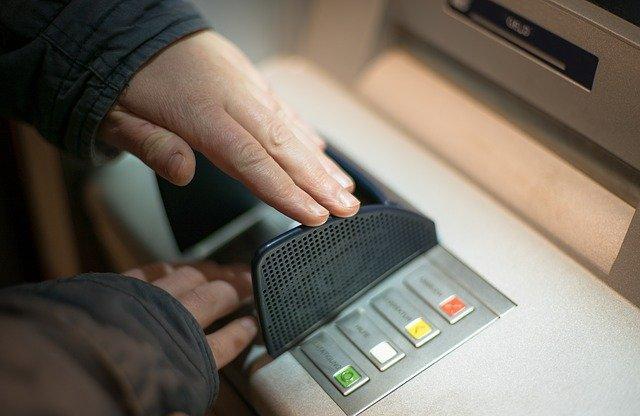 מישהו מסתיר את הקוד בכספומט כדי שלא יוכלו לגנוב לו כסף